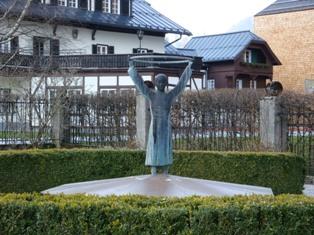 モーツァルト母の像.JPG